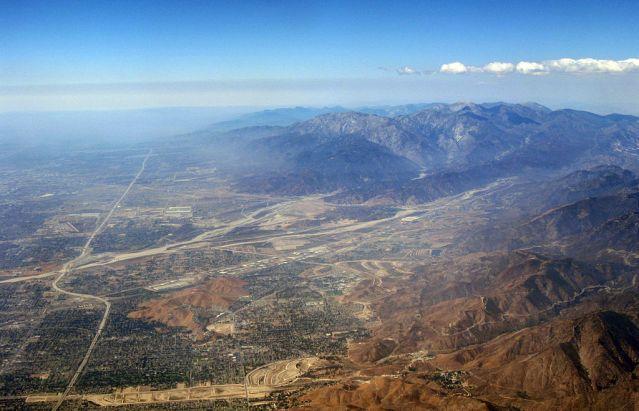1024px-San_Bernardino_Valley,_San_Gabriel,_SB_Mountains,_I-215,_I-5