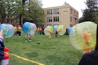 Bubble Soccer: The grades compete for more spirit points.